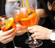 kieliszki z letnim drinkiem aperol