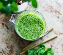 szklanka z zielonym koktajlem z warzyw