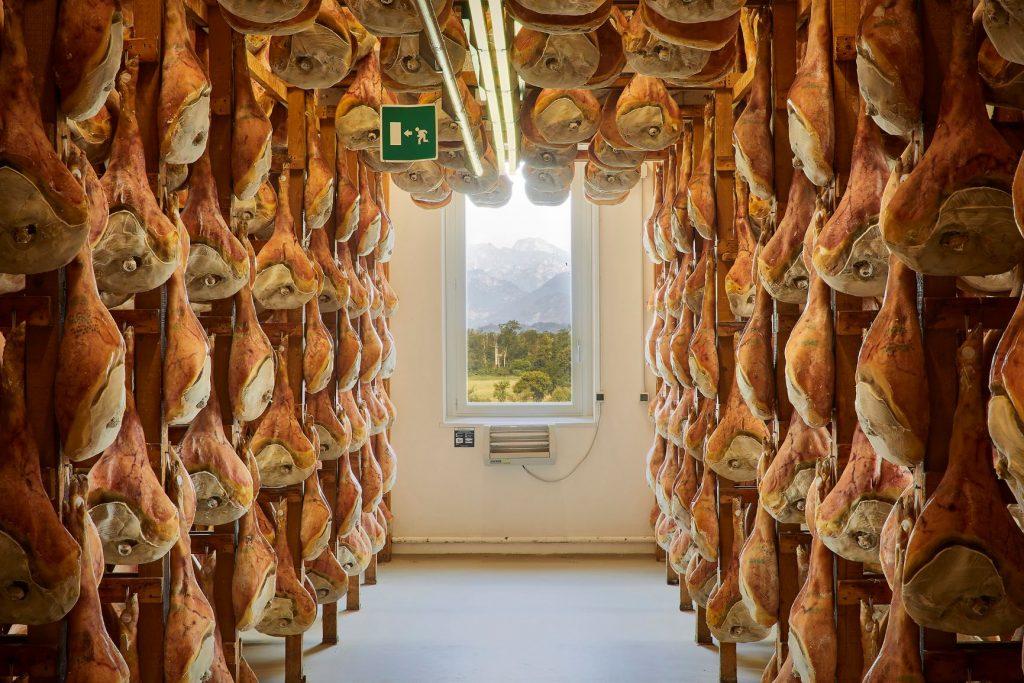 wiszące sezonowane szynki Prosciutto di San Daniele