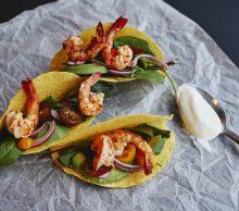 danie z krewetek podanych na tacos