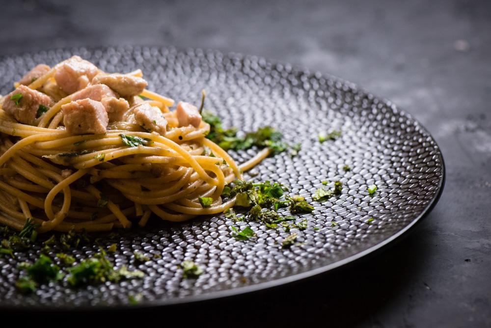 Spaghetti pełnoziarniste z tuńczykiem i kremem z pieczonego bakłażana