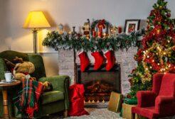 świąteczenie udekorowany pokój z prezentami na święta