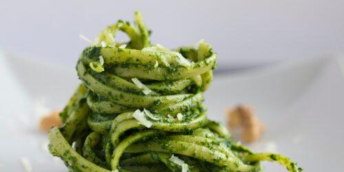 makaron spaghetti z bazyliowym pesto posypany serem
