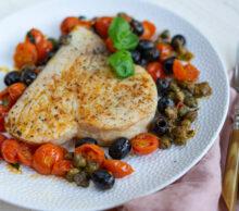stek z miecznika z oliwkami, kaparami i pomidorami